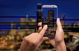 Imagen de un teléfono móvil manejando una smart home
