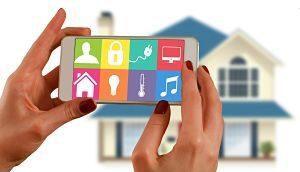 Imagen de un teléfono móvil que maneja una casa inteligente