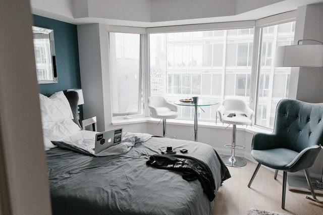 dormitorio con ordenador encima de la cama