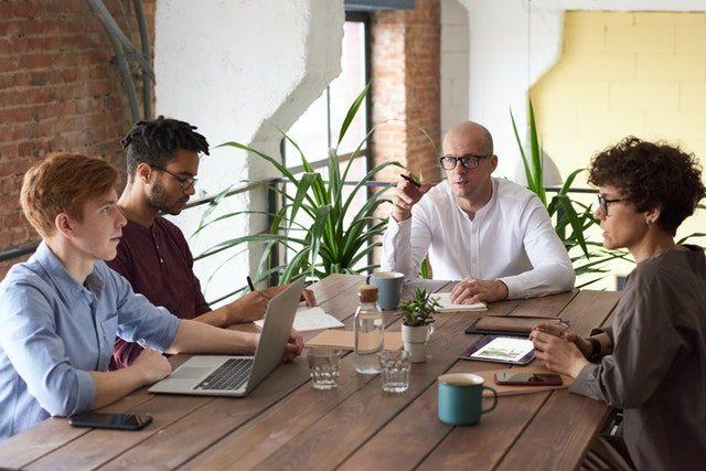 personas sentadas en una mesa hablando de coliving barcelona