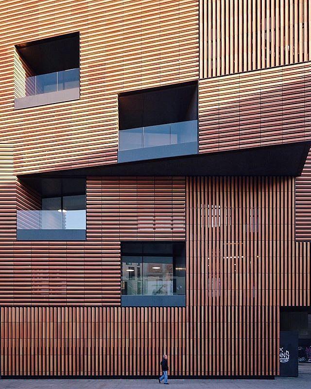 Imagen de la fachada de la Escola Massana de Carme Pinós