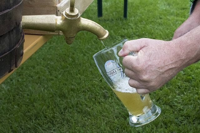 Hombre poniéndose cerveza en una jarra