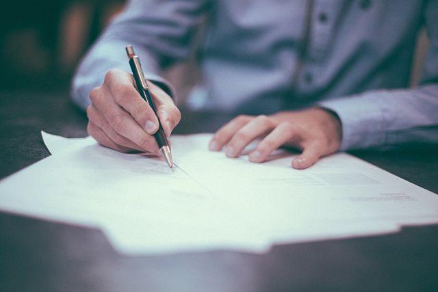 Persona firmando papeles