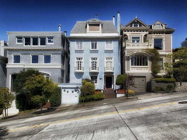 Imagen de unas casas unifamiliares en una calle empinada
