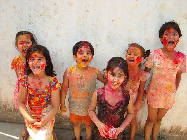 Imagen de niños coloreados con polvos de colores