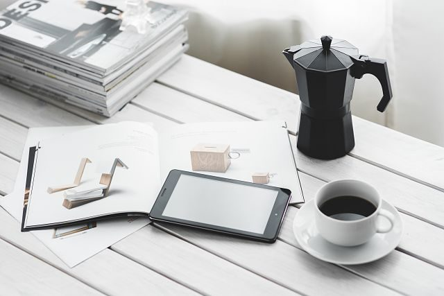 Imagen de una tablet y un café