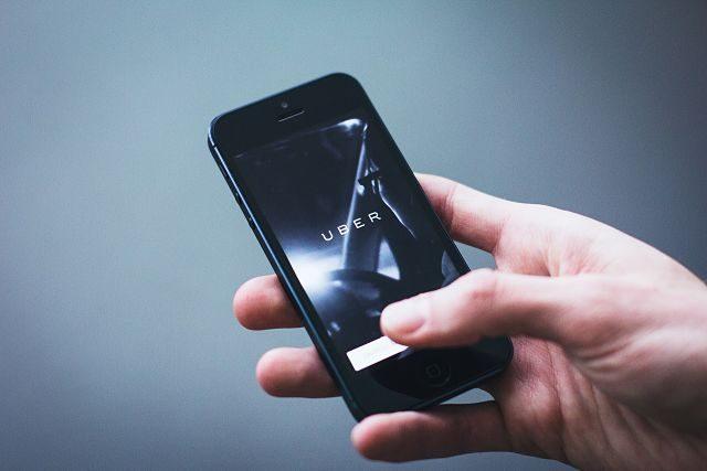 Imagen de un móvil con la aplicación de UBER