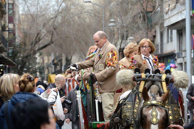 Imagen de personas montadas a caballo repartiendo caramelos en Sant Medir