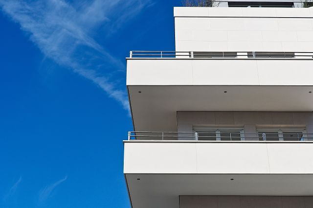 Imagen de una bloque de edificios blanco
