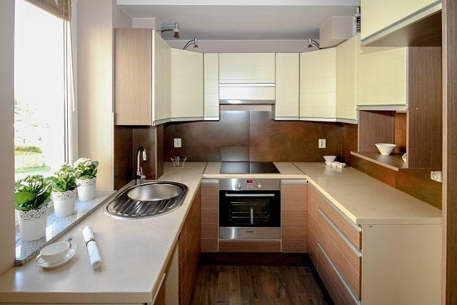 Imagen de una cocina con un gran ventanal