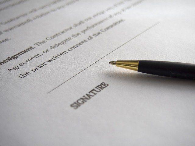 contrato con bolígrafo en la parte de la firma
