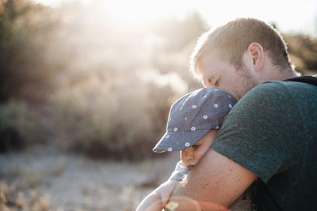 Imagen de un hombre con su hijo