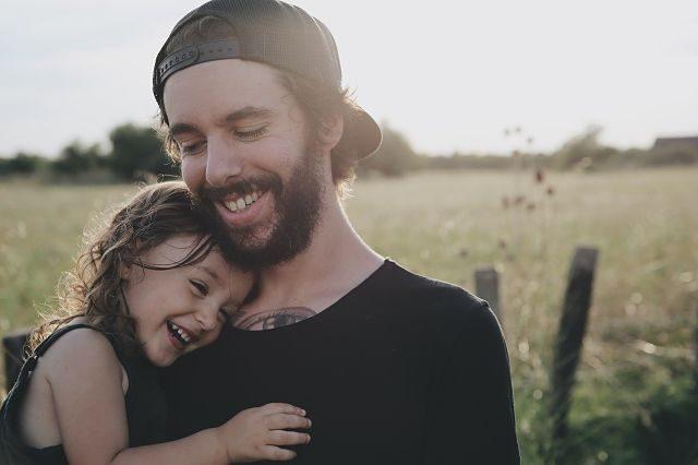 Imagen de un padre con su hija