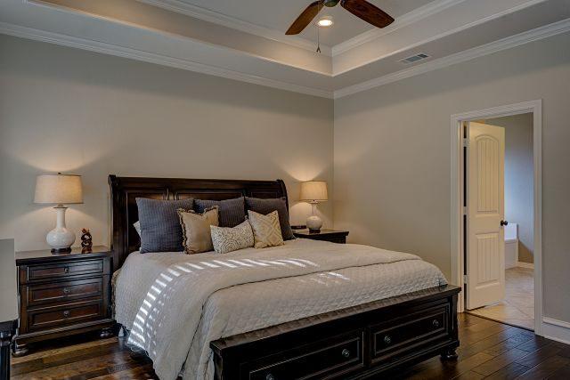 Imagen de un dormitorio de matrimonio elegante