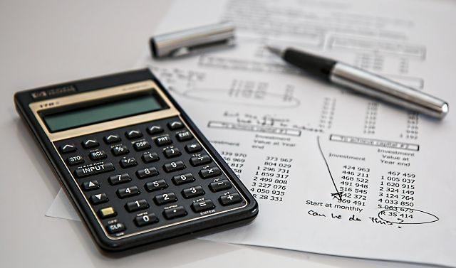 Imagen de unos documentos y una calculadora