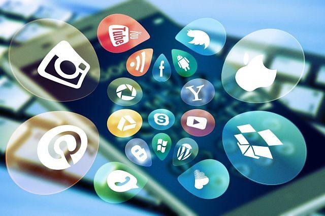 Imagen de un móvil con muchas aplicaciones