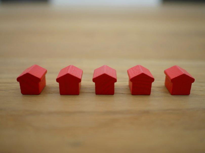 casitas rojas encima de una mesa de madera