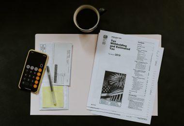 Papeles de impuestos con la calculadora de un iPhone abierta