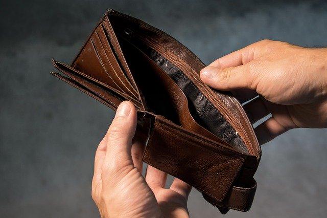 manos cogiendo una cartera vacía