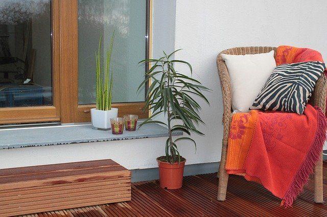 silla de mimbre en una terraza junto con plantas