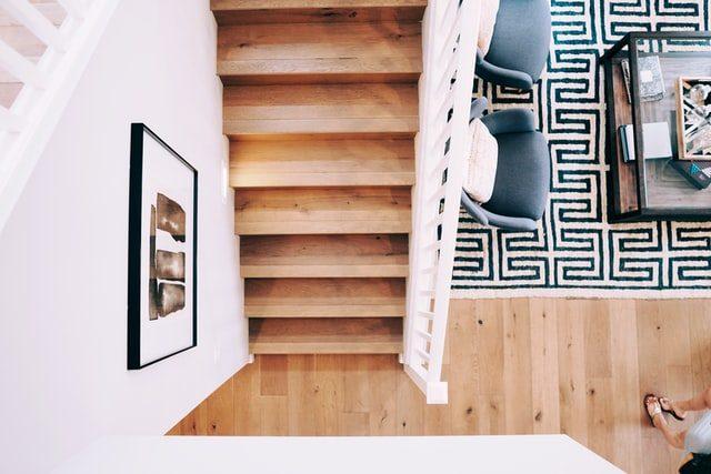 vista de escaleras y alfombra desde arriba