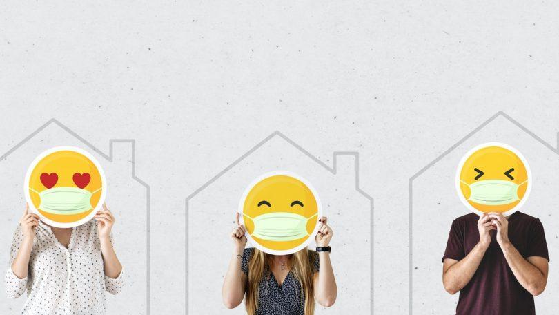 tres personas con un emoji sobre un fondo blanco con casas