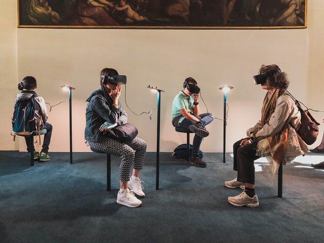 personas con gafas de realidad virtual