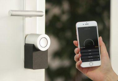 cerradura inteligente abierta con un smartphone