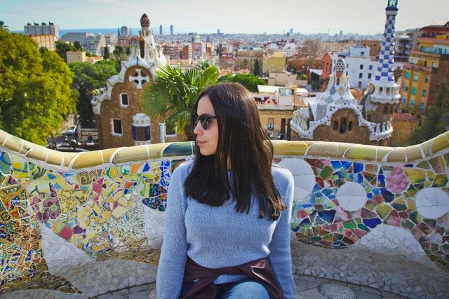 chica sentada en un banco del Park Güell de Barcelona