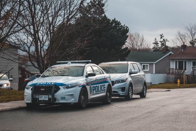 Carros da polícia em frente à residências