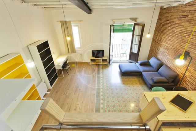 Loft en Poble Sec. Salón amplio de piso bonito Barcelona