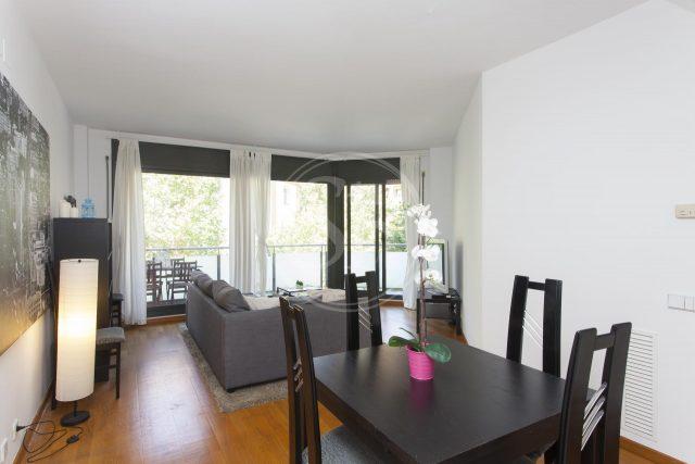 Salón de piso en alquiler en Sagrada Familia con muebles negros y ventanas