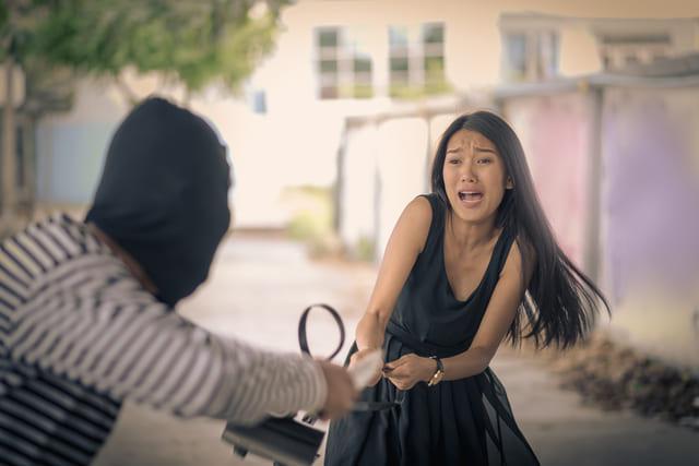 ladrón atracando a una chica. ¿Qué le cubre el seguro?