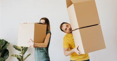 consejos para comprar piso durante una mudanza de parejas con cajas