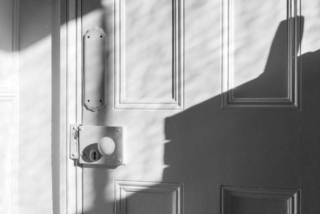 Porta de um apartamento compartilhado em Barcelona