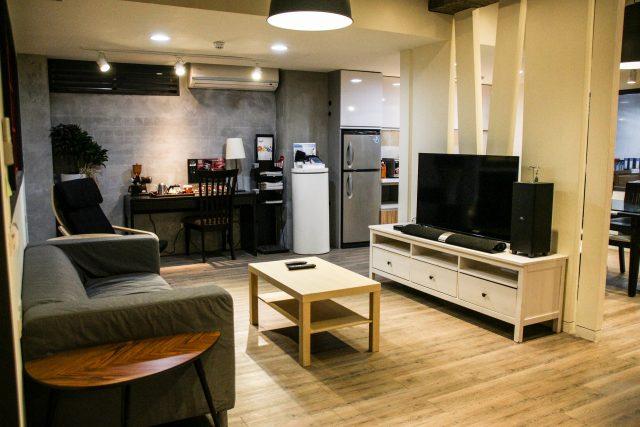 salón comedor amueblado con televisión y sofá preparado para hacer una maratón de series