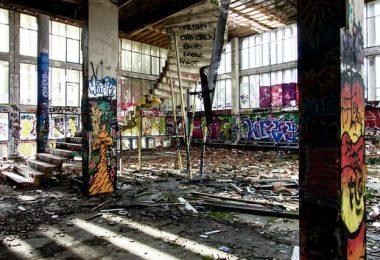 edificio escaleras con grafittis tras ocupacion de vivienda