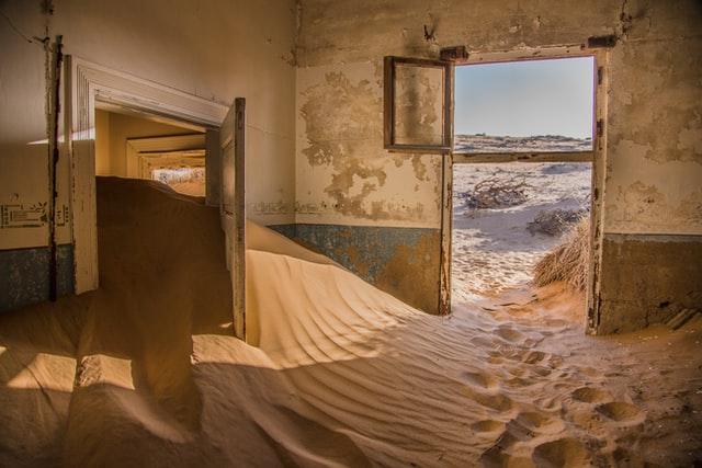 piso abandonado lleno de arena ocupado