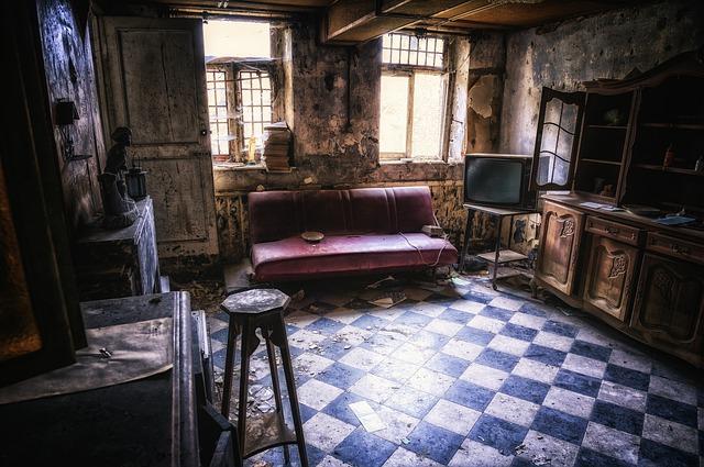 salón de piso destrozado con sofá abandonado | guía sobre cómo evitar ocupas en tu casa