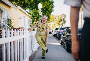 vecina cumpliendo las normas de convivencia