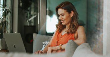 mujer teletrabajando en casa en Barcelona