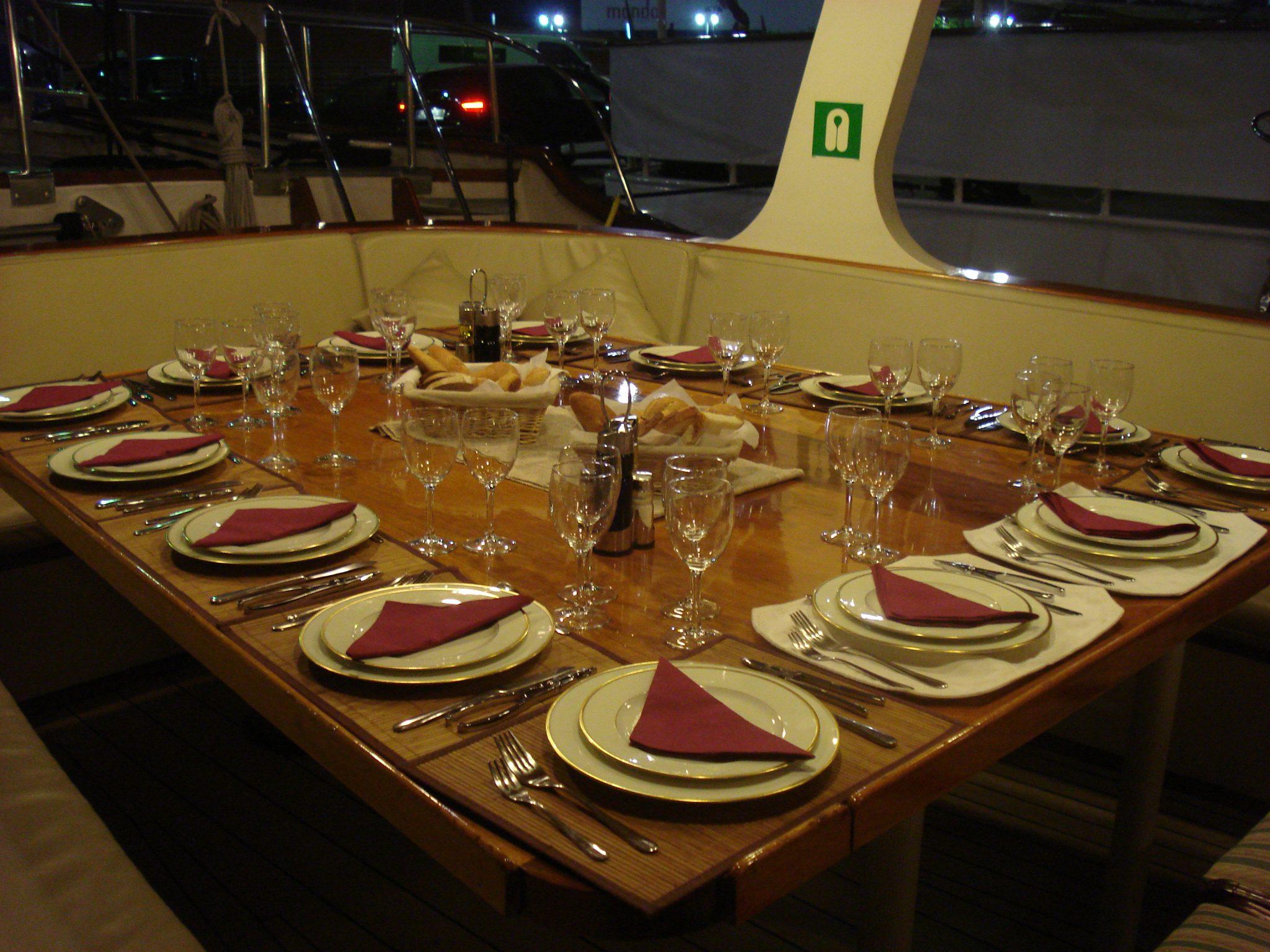 Disfruta de una cena rom ntica o con amigos en un barco en for Ideas menu cena amigos